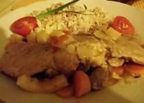 Králík s cibulí, rajčaty, česnekem a mrkví