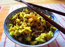 Smažená kari rýže s hovězím masem a rozinkami