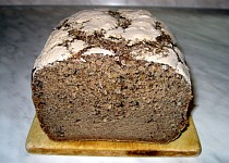 Tmavý chléb s karobem bez lepku, mléka a vajec