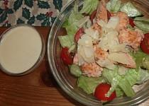 Zeleninový salát s lososem a parmezánovou omáčkou