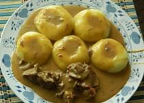 Maso s božskou  omáčkou a kluskami