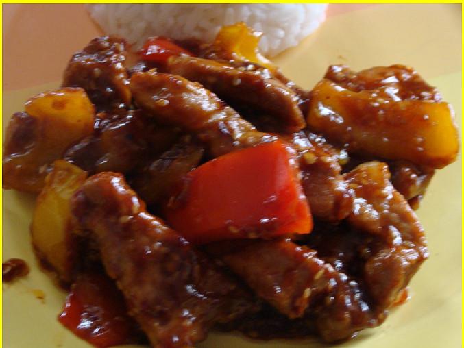 Pikantní vepřové nudličky s paprikami a sezamem