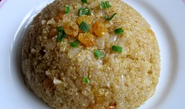 Quinoa s rozinkami a karamelizovanou cibulí