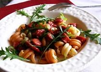 Těstoviny s klobásou, sušenými rajčaty a rukolou