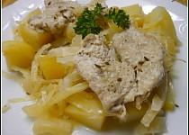 Česnekové smotky z vepřového masa na bramborách a zelí v PH