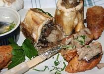 Pečené morkové kosti na česnekové topince