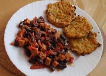 Pikantní fazolový guláš s tofu a květákovými plackami