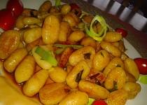 Restované gnocchi  s pórkem a pikantní omáčkou