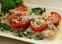Rybí filé na špenátosýrovém lůžku s rajčatovou čepicí