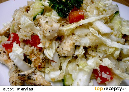 Zeleninový salát s kuřecím masem a kuskusem