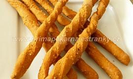 Žížalky (celozrnné paprikové tyčky se sezamem)