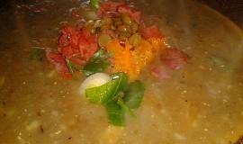 Čočková polévka s uzeninou, zdobená vařenou mrkvičkou a bazalkou
