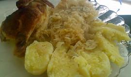 Kuře pečené na kysaném zelí s česnekem