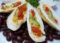 Kuřecí kapsa plněná zeleninou na fazolích