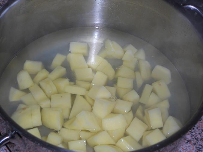 brambory ve vývaru z lusků..