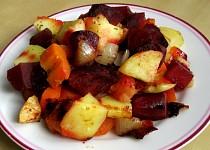 Pečená zelenina s červenou řepou a jablky