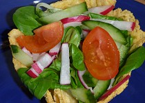 Polníčkový salát v sýrové mističce