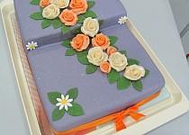 Fialový dort s růžemi