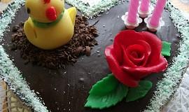 Krémový čokoládový dort s jahodami
