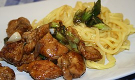 Kuře na pánvi se sezamem a čínskými nudlemi