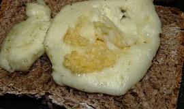 Topinky se sýrem a česnekem - CRISP