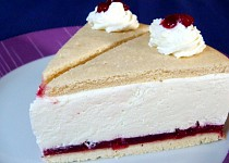 Tvarohovo-šlehačkový dort s brusinkami