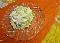 Vajíčkový salát s okurkou a římským salátem v jogurtovokřenové zálivce