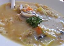 Lehká rýžová polévka s houbami a divokým kořením