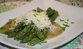 Marinovaný zelený chřest sypaný parmezánem