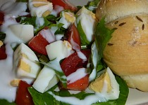 Pampeliškový salát s rajčaty a vejci