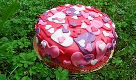 Srdíčkový potahovaný dort