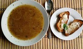 Cibulová polévka s bagetou