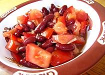 Fazolový salát s rajčaty a paprikou