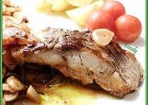 Filety na česneku, cibuli a víně