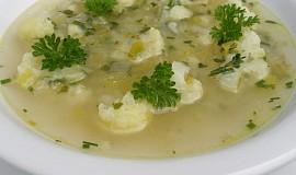 Jednoduchá květáková polévka s pórkem a řapíkatým celerem
