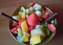 Osvěžující ovocný salát s mandlemi