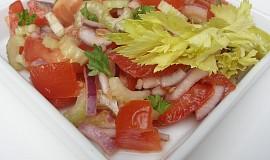 Rajčatový salát s cibulí a řapíkatým celerem