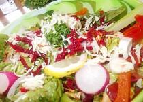 Zdravý  barevný  salát z několika druhů zeleniny