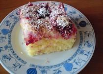Nadýchaný ovocný koláč s kokosem