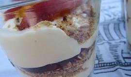 Nektarinkový pohár s oříškovou granolou