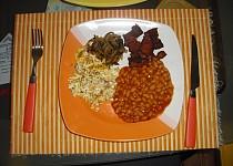 Víkendová snídaně R-o-m-i-k - vejce, slanina, fazole, cibule