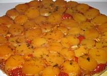 Obrácený koláč z malých brambor, cherry rajčat a sýru Brie