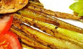 Pečený řapíkatý celer s kuřecím stehnem a sýrovou omáčkou