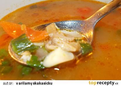 Polévka z hlívy ústřičné, chilli papriček a řapíkatého celeru