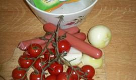 Salát s rajčaty, cibulí a párky