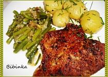 Zlatý krkovičkový steak s fazolkami