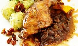 Králík s karamelizovanou šalotkou a rybízovou omáčkou