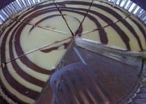 Mramorovaný koláč plný tvarohu a čokolády
