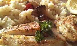 Pangasius s těstovinovým salátem