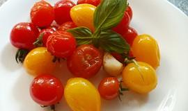 Barevná rajčátka na česnekovém oleji